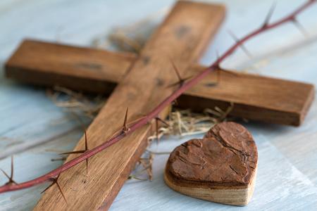 sacrificio: espina Cruz y corazón de madera concepto de Pascua abstracto