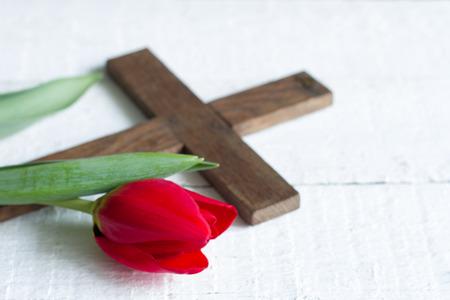 Pasen rode tulp en kruis op witte borden Stockfoto