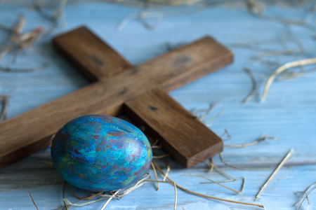 Old cross and abstract grunge easter egg concept Standard-Bild
