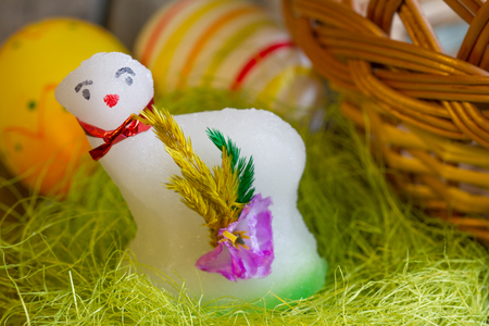 pasen schaap: Easter lamb sugar and eggs on green grass abstract