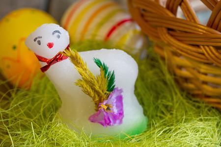 pasen schaap: Paaslam suiker en eieren op groen gras abstract Stockfoto
