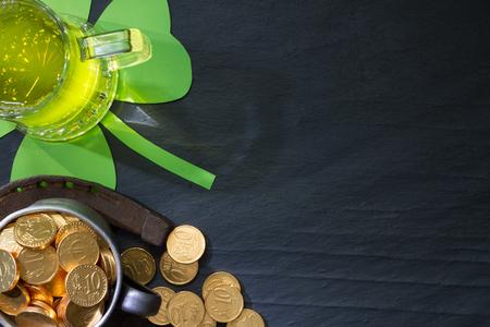 St. Patricks Day abstrakten Hintergrund mit grünem Bier