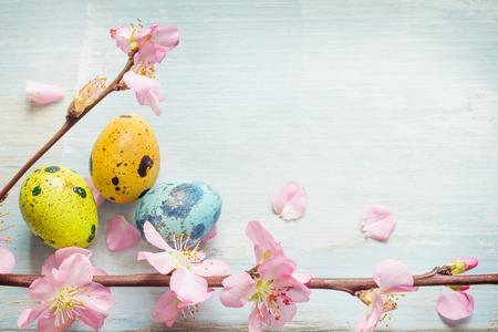 fleur de cerisier: Les oeufs de Pâques et de fleurs de cerisier fond bleu rétro Banque d'images