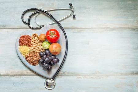 Gezonde levensstijl en gezondheidszorg concept met voedsel, hart en stethoscoop