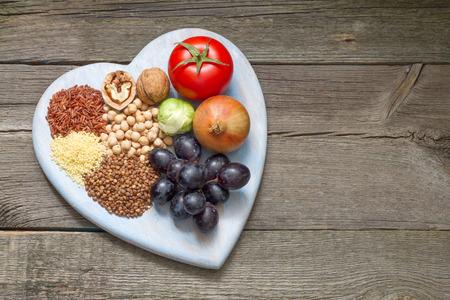 Gezonde levensstijl concept met voedsel op het hart Stockfoto