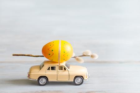 huevos de pascua: Huevos de Pascua y catkins en concepto retro del extracto del coche Foto de archivo