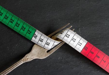 comida italiana: Concepto de comida italiana con el centímetro y el fondo tenedor