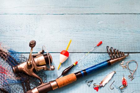 Angelausrüstung auf Holz blauem Hintergrund Lizenzfreie Bilder