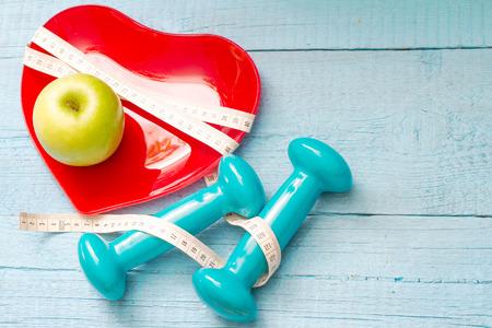 Fit und Gesundheit abstraktes Konzept mit roten Herzen Platte Standard-Bild - 60214474