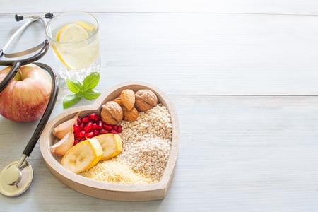 Gezonde voeding in hart en water dieet sport levensstijl concept Stockfoto - 62604597