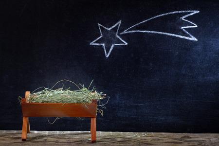 Naissance de Jésus avec crèche et étoiles sur le tableau noir résumé noël scène de la nativité