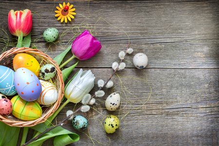 Paaseieren en frisse lente tulpen op vintage planken abstracte achtergrond Stockfoto