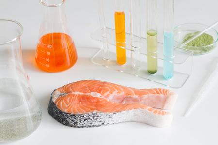 水銀の有毒色素室制御のサーモン ピンクの魚をテストします。