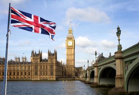 Londen Big Ben en Westminster brug en Britse vlag Stockfoto