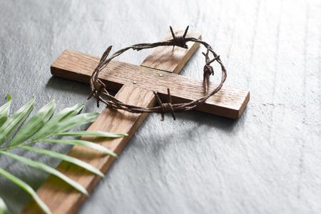Croce di legno di Pasqua su sfondo di marmo nero religione astratta domenica delle palme concept