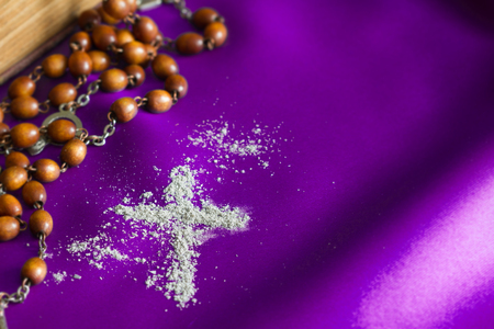Ash Wednesday religion concept on violet fabric background with rosary Standard-Bild - 115736159
