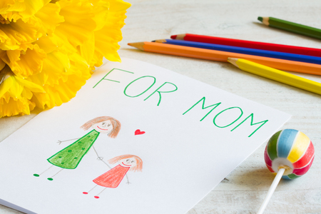 Happy mothers day drawing from a child for mom with greetings Stockfoto