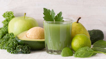 Glass of fresh juice from green fruits and vegetables Standard-Bild
