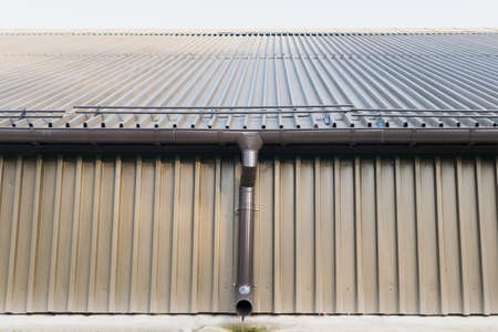 A fragment of a warehouse with no Windows, with a drain pipe 版權商用圖片