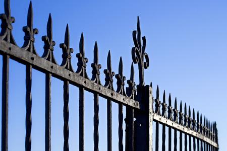 Decorativo puerta de acero contra el cielo azul Foto de archivo - 28499354