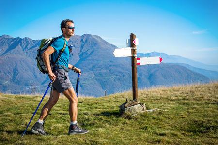 cruce de caminos: Trekker en el cruce. Alpes italianos