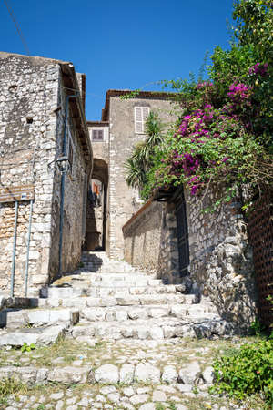 Stone arch at the entrance to the walls of Sermoneta, little and awesome medieval hill town in province of Latina, Lazio region, all in stone with famous Caetani castle. Italy Standard-Bild