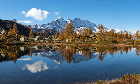 Scenic autumn mountains landscape with alpine lake. Gran Paradiso National Park. Italy Standard-Bild