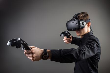 若い男と仮想現実ゲーム ゴーグルします。