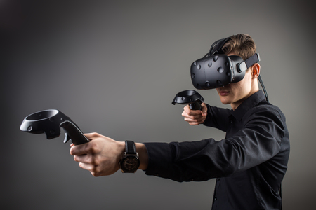 joven jugando juegos con gafas de realidad virtual