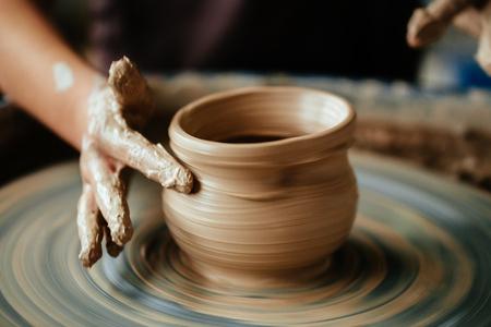 Potter femme travaillant à jeter roue à l & # 39 ; atelier de lavage Banque d'images - 91695865