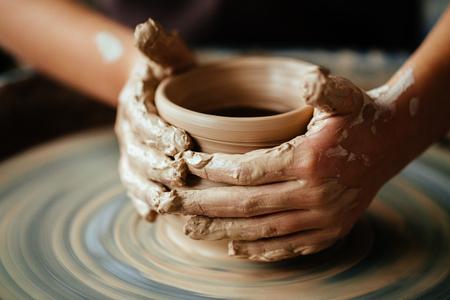 Potter femme travaillant à jeter roue à l & # 39 ; atelier de lavage Banque d'images - 91856368