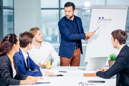 会社の取締役がスタッフと商談を行う