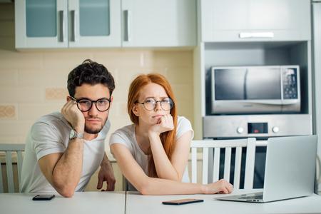 Stressé couple en difficulté, n'ont pas d'argent pour payer les dettes, pour payer le loyer Banque d'images - 93406165