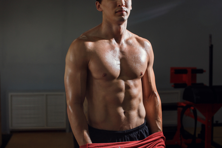 Man with muscular torso showing six pack abs Banque d'images
