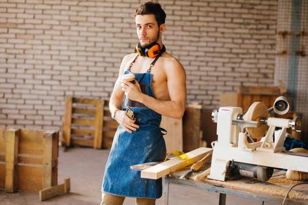 Homme utilisant un téléphone intelligent et tenant tasse de café Banque d'images - 96502089