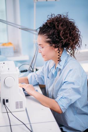 ミシンでクローザーを作る勤勉な縫い目のsedeビュー写真 写真素材 - 96504344