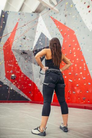 Atletische vrouw die zich voorbereiden op touwklimmen in de plaatselijke sportschool b Stockfoto