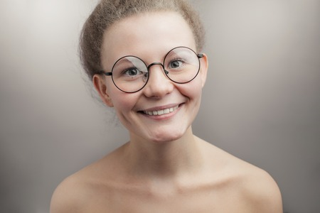 pleasant woman wearing round glasses Banque d'images - 105141879