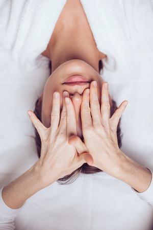 kosmetolog zamyka oczy klientkom.