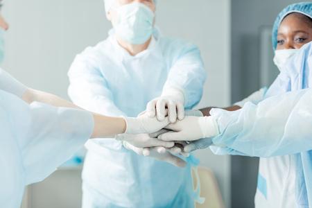 focus op artsen handen. team en eenheid concept.close-up bijgesneden foto.