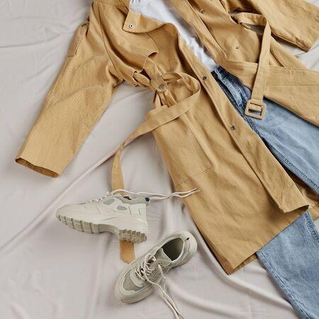 manteaux chauds avec tous les vêtements et chaussures, tous les deux produits avec vente, gratuit Banque d'images