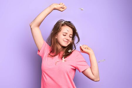 Playful student girl stretches after long sleep, glad to have rest after hard week, has happy smile after pleasant dreams, rejoices having weekend, enjoys laziness and relaxation. Waking up concept. Banque d'images - 129712113