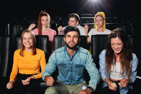 los jóvenes tienen reacciones diferentes en la trama de la película, a algunos les gusta la película, a otros no les gusta.