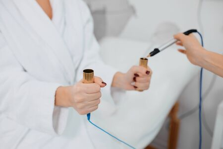 jeune patient tenant deux dispositifs médicaux, équipement spécial pour examiner son état de santé, détection de maladie