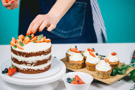 Selective focus of decorating Birthday Cake with berries 免版税图像