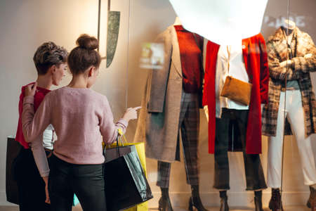 Portrait of two young woman shopping. Banque d'images