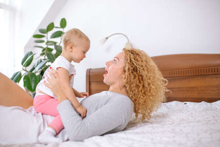 Mother playing with baby. Banque d'images