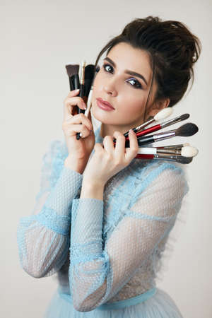 serios girl with bright makeup and brushes posing to the camera, close up photo.beautiful facee, creative cosmetologist 版權商用圖片 - 153257024