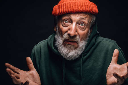Puzzled confused old man in old worn clothes having unsure doubting face, being unaware of a answer. People, faces, emotions, reaction concept Banque d'images