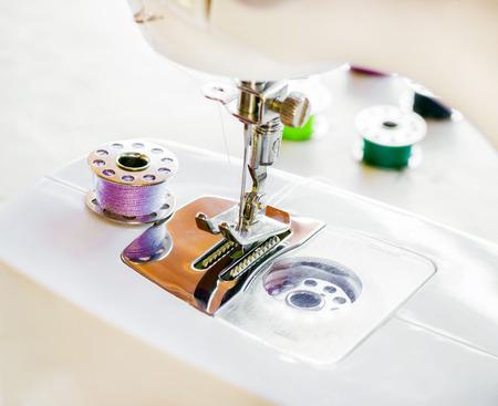 maquina de coser: m�quina de coser y los hilados multicolores
